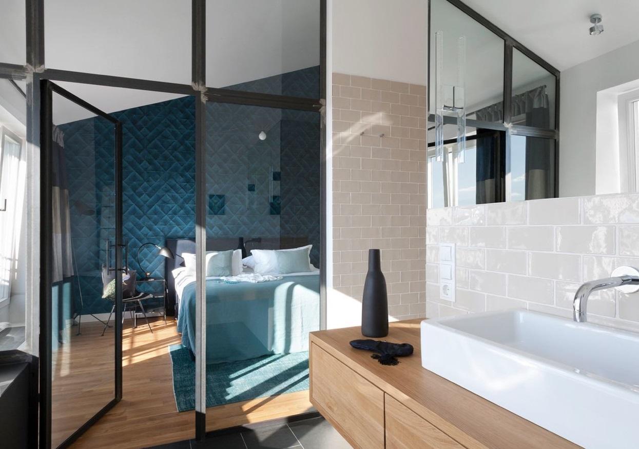 salle de bain avec douche verriere