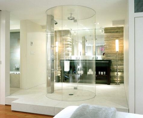 salle de bain avec douche centrale