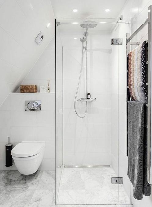 salle de bain avec douche et wc suspendu