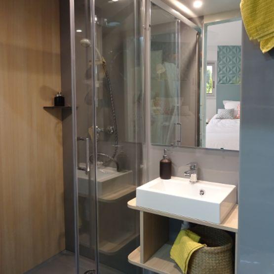 salle de bain prefabriquee avec un grand espace de douche gamme baudet intial bora