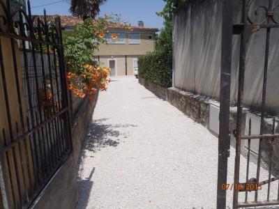 aménagement extérieur : terrasse en béton désactivé, et chemin en calcaire d'aurignac