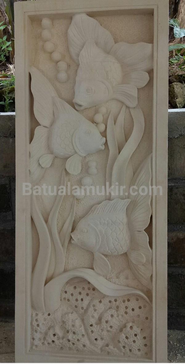 ukiran relief batu paras motif ikan koki