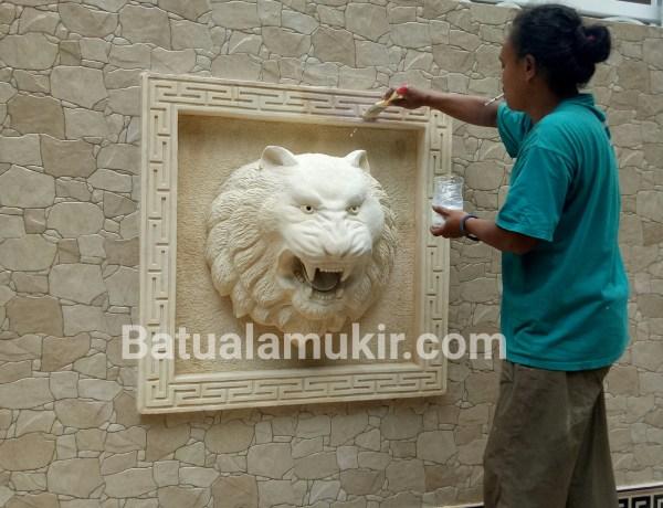 Ukiran batu motif harimau atau macan