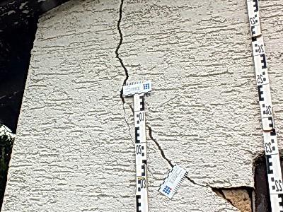 Baumängel bei Hauskaufhilfe Gutachter Beratung beim Haus kaufen Hauskauf Risse im Putz Riss Mauerwerk Baumangel Schätzung für Bank