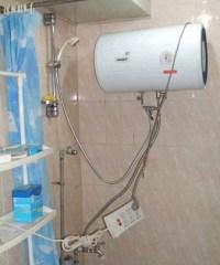 Warmwassererhitzer in Dusche mit nicht fachgerechter Elektroinstallation