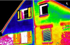 Energieverluste einer Hauses an einer Gebäudewand mit Thermografie sichtbar gemacht