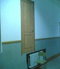 Zimmertür liegt einen Meter über dem Fußboden