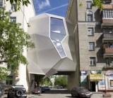 Schließung einer Baulücke in Moskau mit einem freischwebenden Bürogebäude mit durchsichtiger Fassadenelementen