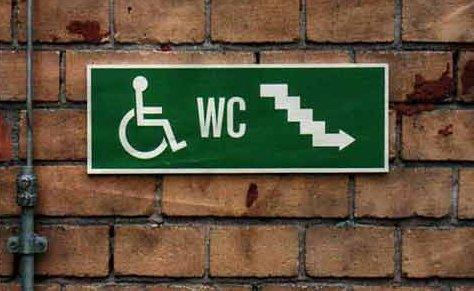 Wegweisendes Schild für eine Behindertentoilette