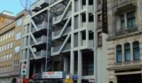 Mehrfamilienhaus mit außenliegender Treppe inmitten von Altbauten
