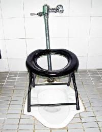 Sitzgestell auf einer bodentiefen asiatischen Toilette