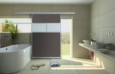 Schiebetür vor Fenster eines Badezimmers