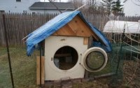 Hundehütte aus Waschmaschine gebaut