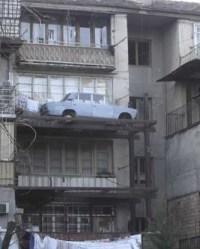 Auto steht auf Balkon in zweiter Etage
