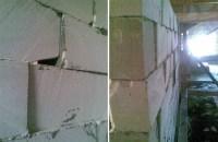 Schiefe Mauersteine gemauert mit Löchern