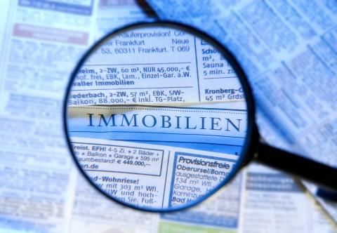 Immobilienanzeigen in einer Zeitung unter die Lupe genommen