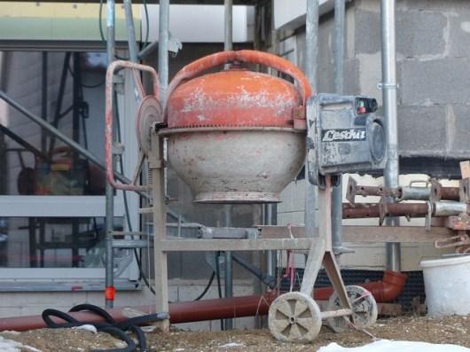 Still stehender Betonmischer auf Baustelle