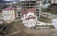 Haus neigt sich zur Seite nach Erdrutsch