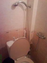 Dusche direkt über einer Toilette angebracht