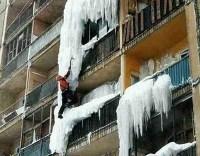 Rohrbruch im Winter und Eis auf Balkonen