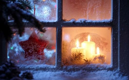 Fenster im Winter mit Kerzen und Schnee
