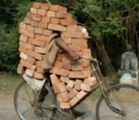 Fahrrad überladen mit Ziegelsteinen Mauerziegel