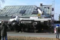 Umgefallener Autokran zerstört Hausdach