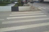 Zebrastreifen führt durch eine Mauer