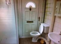 Briefkastenschlitz über Toilette