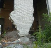 Mauerrest steht auf Punkt Fundament
