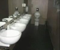 4 Waschbecken direkt vor einer Toilette Schüssel