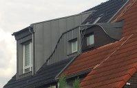Dachgaube in verschiedenen Stil auf gleichem Dach