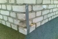 Panzerband Gaffa-Tape hält Mauerziegel in Mauer