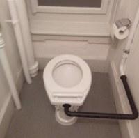 Abfluss Rohr der Toilette an der Vorderseite