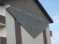 Fassadenputz fällt wie Tapete von Außenwand