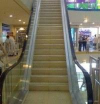 Treppe mit Rolltreppengeländer