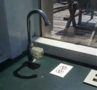 Wasserhahn über Steckdose