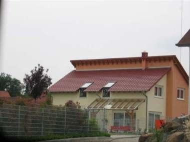 Einfamilienhaus mit versetztem Pultdach, einschl. Garage und Außenanlagen