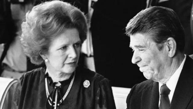 أنصار السوق: رئيسة وزراء بريطانيا مارغريت تاتشر، والرئيس الأمريكي رونالد ريغان في قمة عام 1982 في فرنسا © AP.