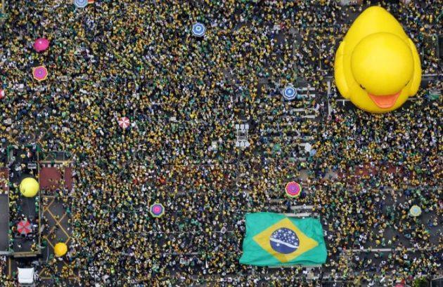المتظاهرون يحتجون على الرئيس البرازيلي ديلما روسيف، في ساو باولو، آذار 2016.