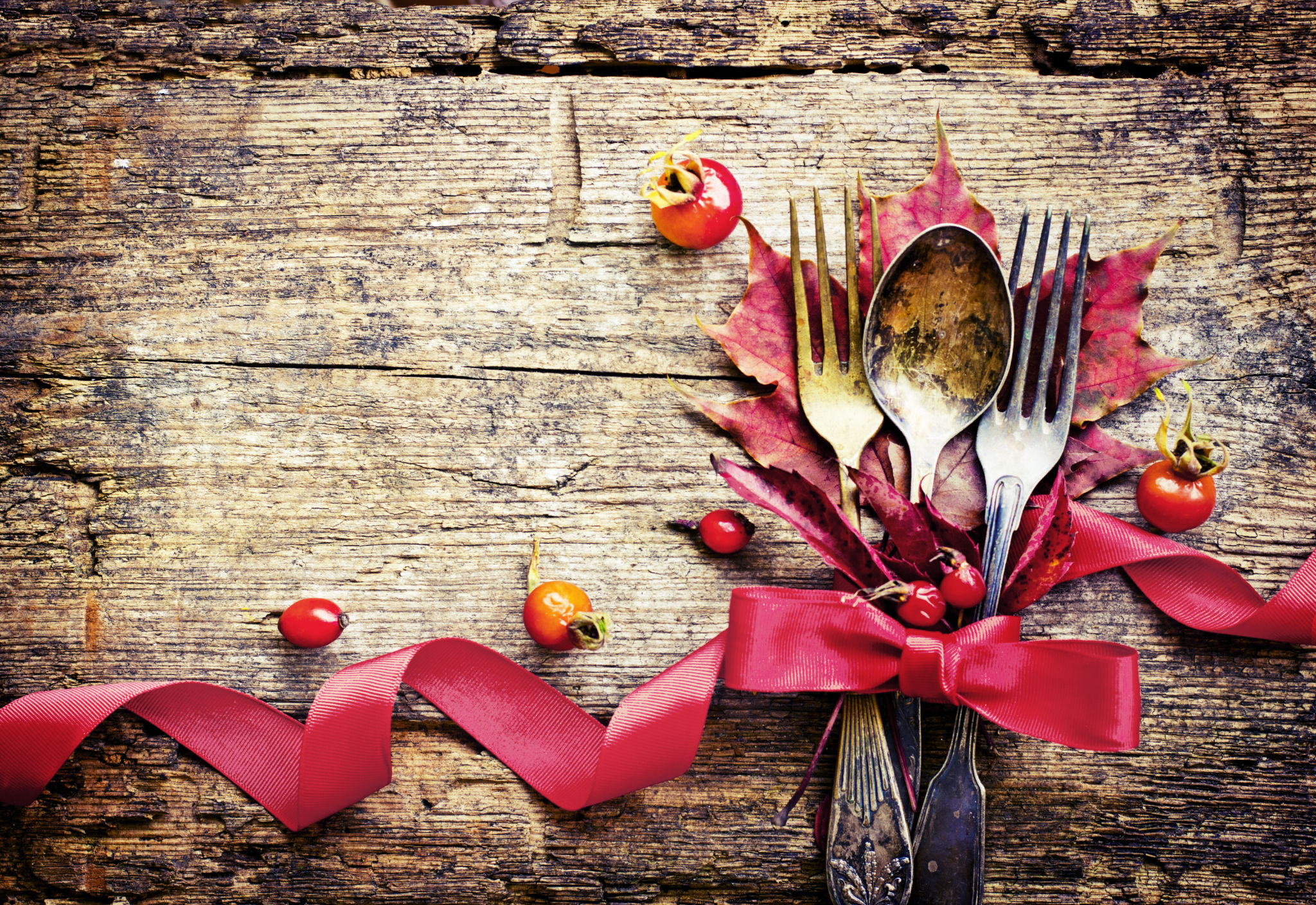 Friendsgiving ideas: using leaves and berries as table setting for a friendsgiving party