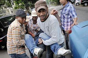 Ein schwerverletzter wird mit einem Taxi in ein Krankenhaus gefahren Fotoquelle: Jakarta Post