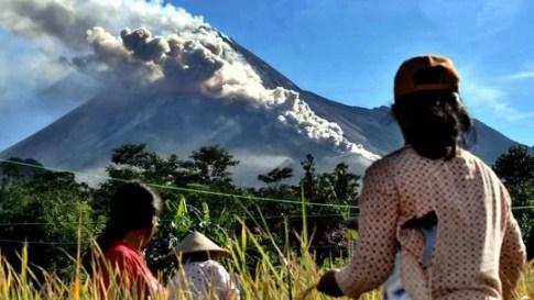 Java, Indonesien: Der Vulkan Merapi spuckt Asche und heiße Gase aus Fotoquelle: zeit.de