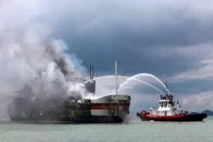 Ein Feuerlöschboot versucht die Flammen an Bord zu ersticken. Deutlich sind die Schäden zu erkennen, die das Feuer verursacht hat Fotoquelle: stern.de