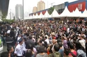 Mehrere tausende Menschen versammelten sich vor dem Einkaufcentrum Pacific Place um ein neues Blackberry zu 50% zum Einführungspreis zu erhalten Foto:  AFP Fotoquelle: spiegel.de