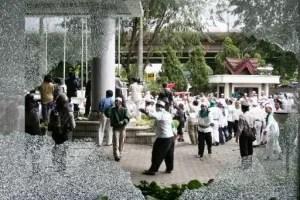 Am 12.04.2006 griffen Anhänger der FPI das Büro des Playboys Indonesia an und verwüsteten dieses. Foto: (JP / R.Berto Wedhatama) Fotoquelle: Jakarta Post