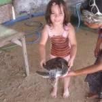 Sarah mit einer Wasserschildkröte