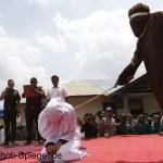 18 Menschen in Aceh öffentlich ausgepeitscht