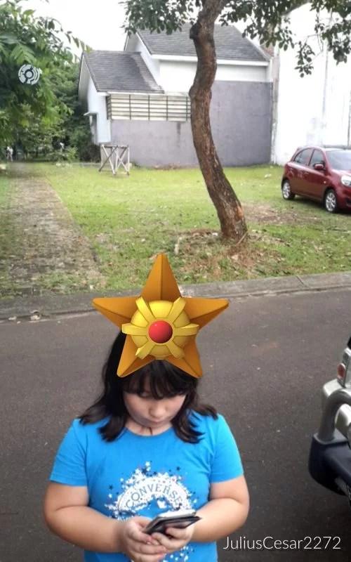Wir auf Pokémon Go - Jagd. Hier verirrte sich ein Pokémon auf Sarah´s Kopf und ich habe ihn gefangen ;-)