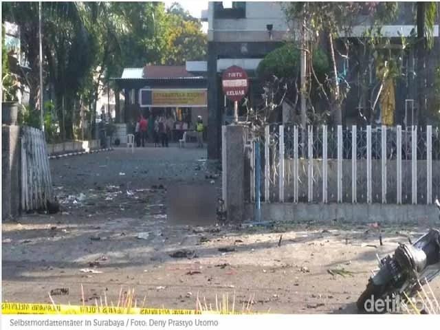 Bombe explodiert vor Kirche / Screenshot: detik.com